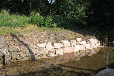 2 Dort  links; am Ende der ehemaligen Steinmauer, hätte mit Steinen weitergearbeitet werden müssen!